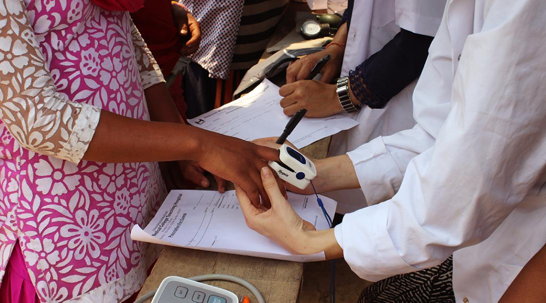 Projects Abroad volunteers get medical work experience in Nepal by helping out during outreaches.